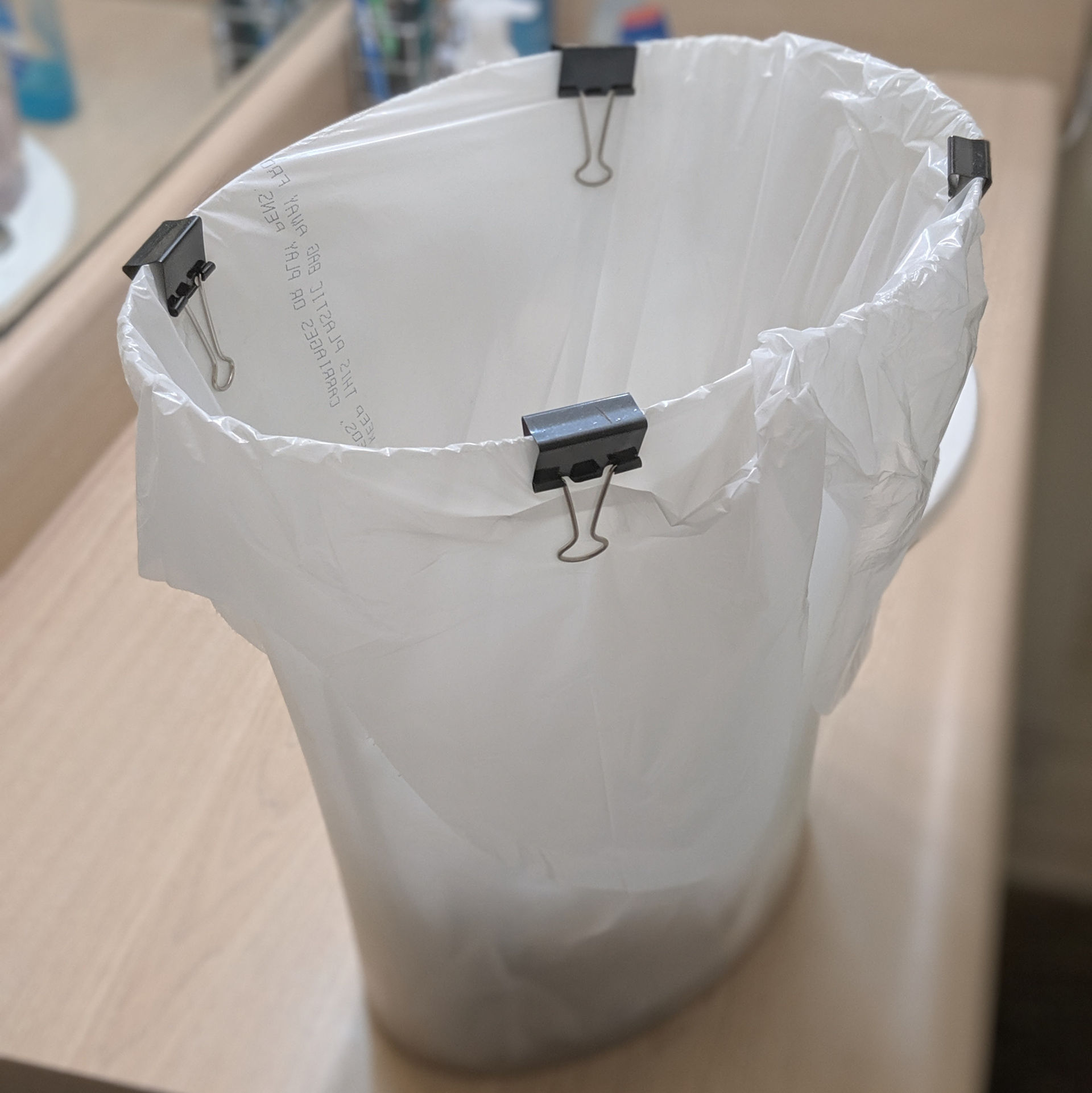 life hack trash can with binder clips